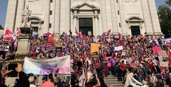 Frauen* auf der St. Ursen Kathedrale in Solothurn am 14. Juni beim Frauen*streik
